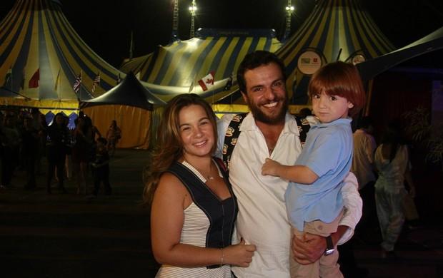 Rodrigo Lombardi com a família em apresentação do Cirque du Soleil (Foto: Isac Luz / EGO)