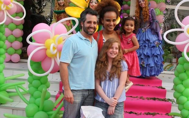 Luciana Mello com o marido Ike Levy e a filha, Nina (Foto: Danilo Carvalho/Agnews)