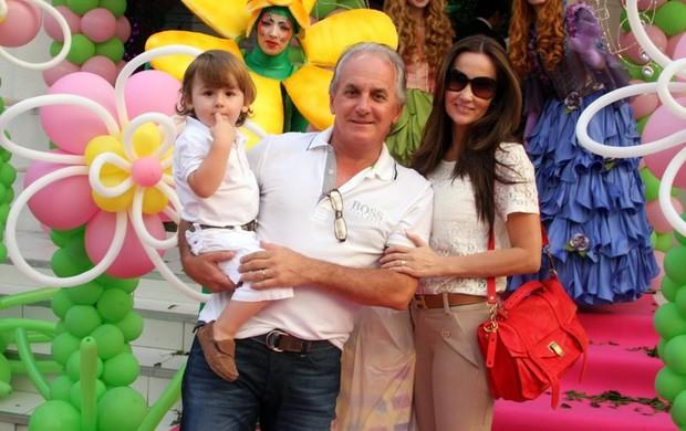 Otávio Mesquita com o filho e mulher (Foto: Danilo Carvalho/Agnews)