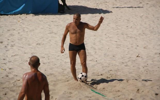 Eri Johsnon joga futevôlei (Foto: Clayton Militão/PhotoRio News)