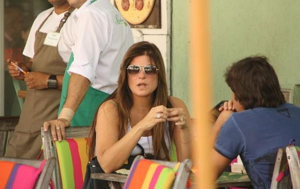 Cristiana Oliveira almoça em restaurante na Barra no Rio de Janeiro (Foto: Clayton Militão/ Photo Rio News)
