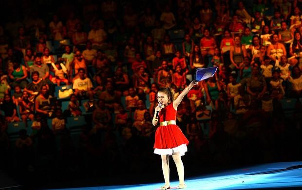 Klara Castanho apresenta o show (Foto: Iwi Onodera/EGO)