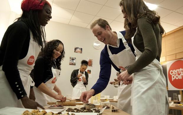 Príncipe William e Kate Middleton em instituição beneficente de Londres (Foto: Agência Reuters)