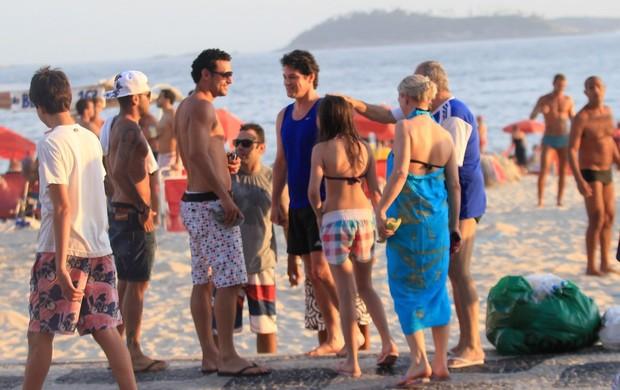 Daniel Alves jogador do Barcelona curte praia com Fred e encontra Marcelo Serrado na Praia do Leblon (Foto: Wallace Barborsa/ Ag.News)