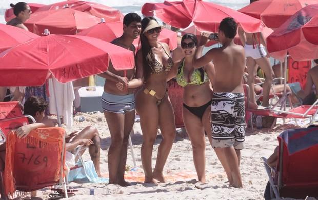 Nicole Bahls tira foto com fãs na praia (Foto: Jeferson Ribeiro / AgNews)