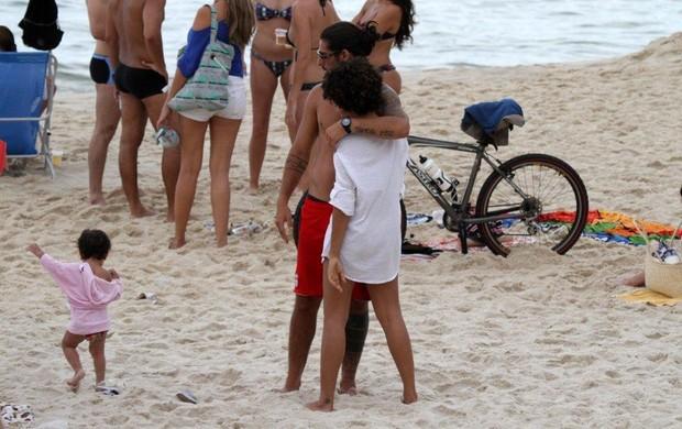 Sheron Menezzes na praia de Ipanema com o namorado (Foto: André Freitas / AgNews)