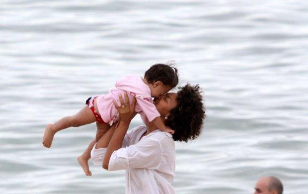 Sheron Menezzes brinca com a sobrinha na praia de Ipanema (Foto: André Freitas / AgNews)