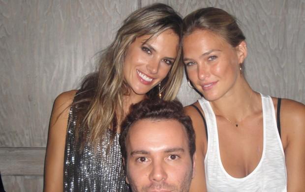 Alessandra Ambrósio, Bar Refaeli e Matheus Mazzafera curtem noite juntos (Foto: Divulgação)
