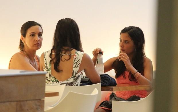 Fátima Bernardes e filhos em shopping (Foto: Marcos Pavão / Agnews)