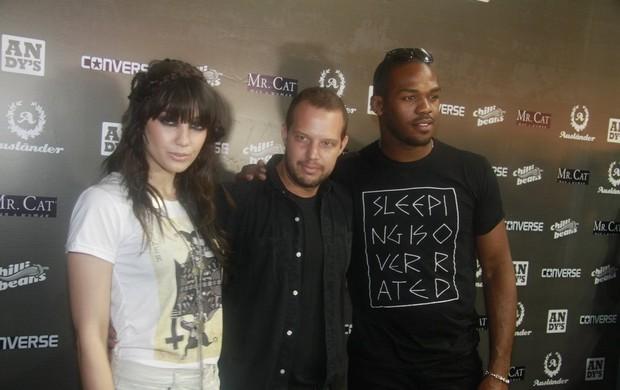 Daisy Lowe, Ricardo Brautigäm e Jon Jones (Foto: Isac Luz / EGO)