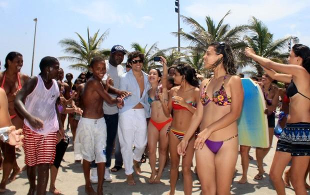 Caio Castro é cercado por fãs na praia do Arpoador (Foto: Wallace Barbosa / AgNews)