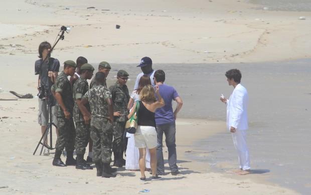 Caio Castro fotografa para campanha na praia do Arpoador (Foto: Wallace Barbosa / AgNews)
