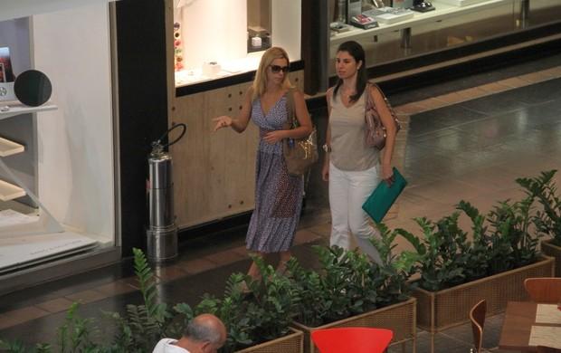 Carolina Dieckmann passeia com amiga em shopping carioca (Foto: Daniel Delmiro / AgNews)