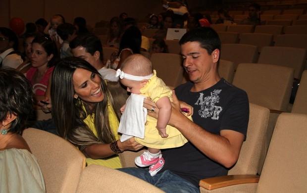 Fernanda Pontes vai com a filha ao teatro assistir 'O Gato de Botas' ao lado do marido Diogo Boni (Foto: Daniel Delmiro/ Ag. News)