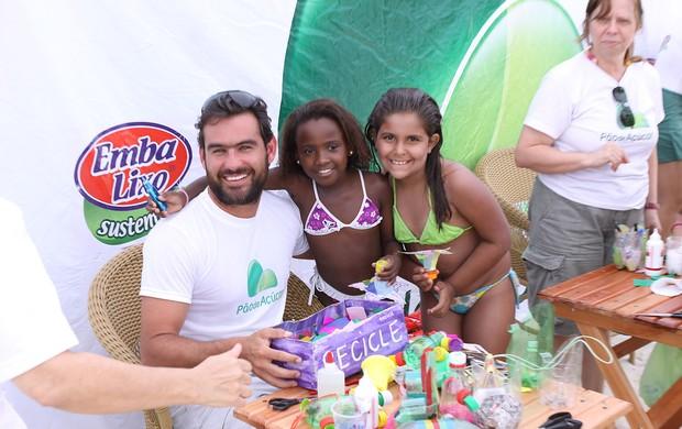 """Thierry Figueira participa da ação """"Praia Feliz é Praia Limpa"""" (Foto: Murilo Tinoco / Agi9 / Divulgação)"""