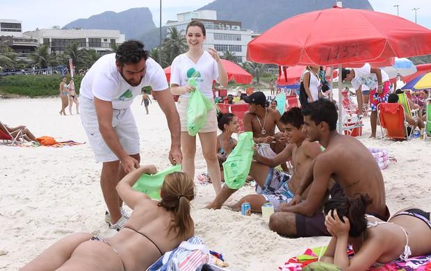 """Thierry Figueira e Cecília Dassi participam da ação """"Praia Feliz é Praia Limpa"""" (Foto: Murilo Tinoco / Agi9 / Divulgação)"""