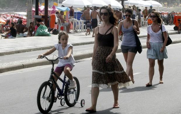Carolina Kasting passeia na orla com a filha (Foto: Edson Teófilo / Photo Rio News)