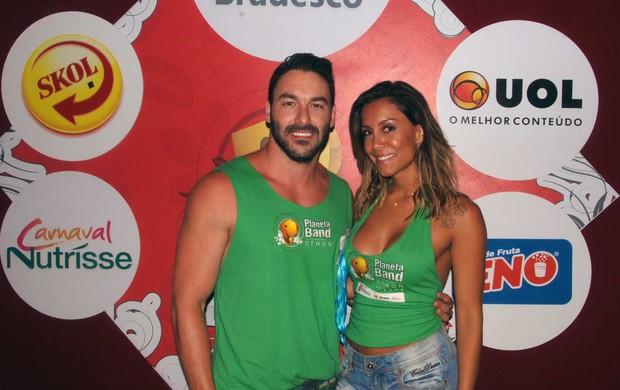 Lia Khey e o namorado Ricardo, em Salvador (Foto: Marcelo Machado / Ag Haack)