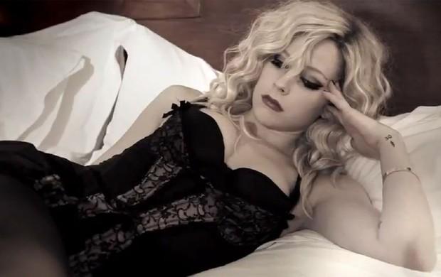 Avril Lavigne em cenas de seu novo clipe (Foto: YouTube / Reprodução)