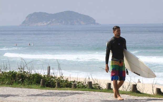 Cauã surfando (Foto: Ag. News)
