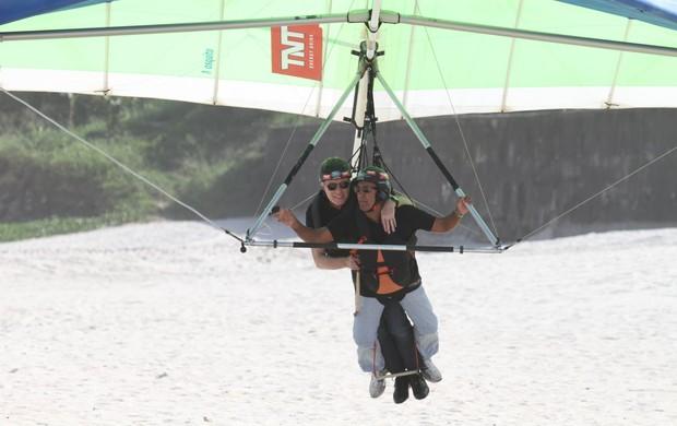 Roberto Justus salta de asa delta (Foto: Dilson Silva / AgNews)