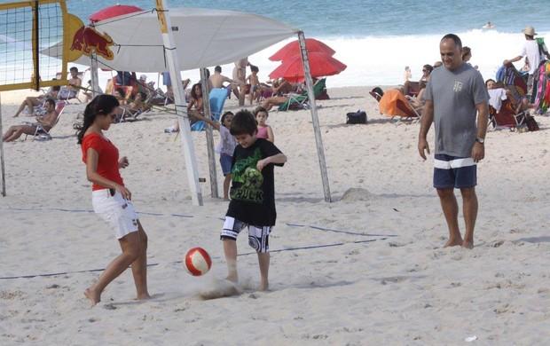 Patrícia Poeta joga bola com o filho no Leblon (Foto: J. Humberto / AgNews)