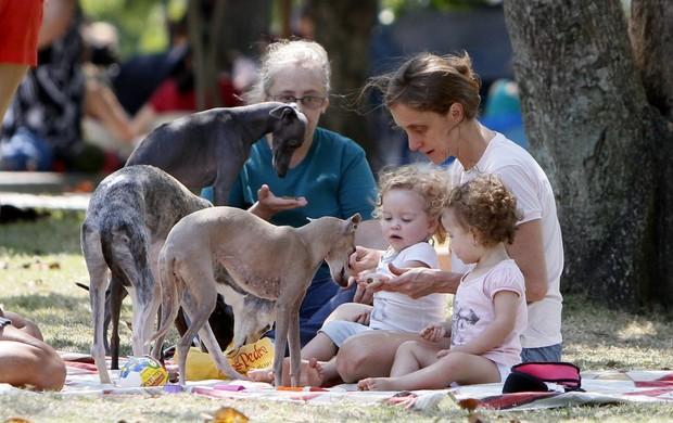 Betty Gofman brinca com as filhas gêmeas e os cachorros no Parque dos Patins na Lagoa Rodrigo de Freitas, RJ (Foto: Gil Rodrigues /  FotoRioNews)