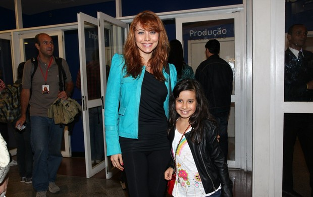 Simone Soares com a filha no show de Taylor Swift (Foto: Manuela Scarpa / Foto Rio News)