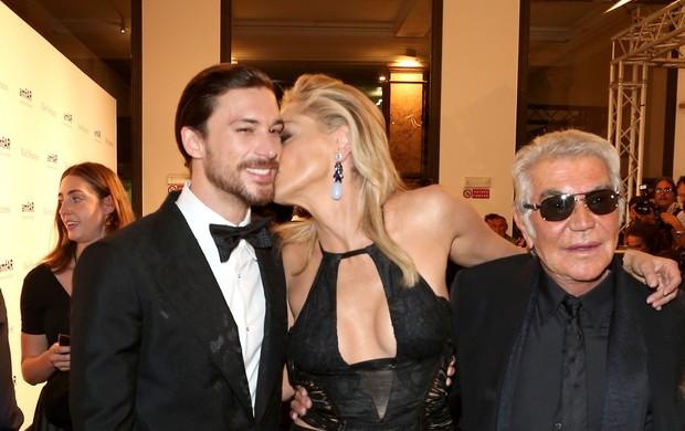 Sharon Stone, Martin Mica e Roberto Cavalli no jantar da amfAR em Milão (Foto: Getty Images/Agência)