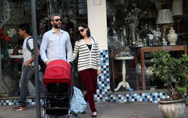 Angelo Paes Leme com sua esposa e filho saindo do restaurante Celeiro no Leblon (Foto: Wallace Barbosa /AgNews)