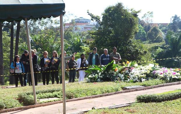 Fãs de Hebe chegam ao enterro da apresentadora (Foto: Iwi Onodera/ EGO)