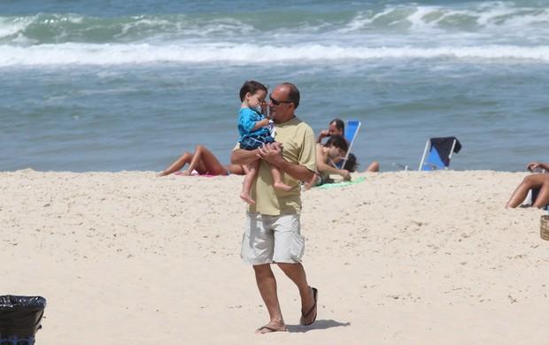 Claudia Mauro e Paulo Cesar Grande com seus filhos na praia do Leblon (Foto: Wallace Barbosa /AgNews)