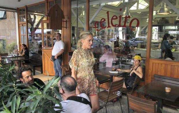 Sheron Stone em restaurante no Leblon, RJ (Foto: Delson Silva/AgNews)