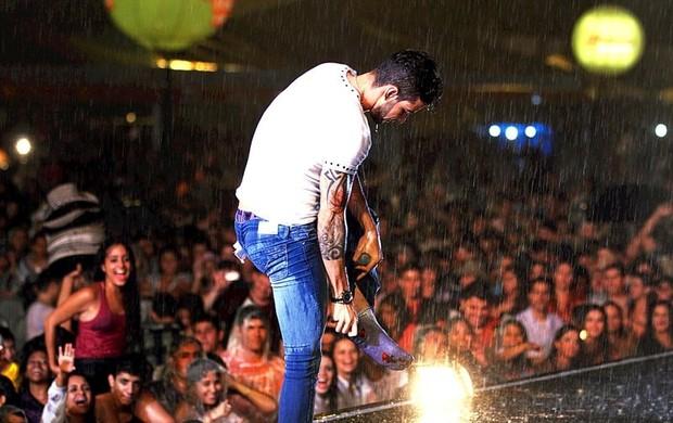 Gustavo Lima  faz shoe com chuva (Foto: Gilson Medeiros)
