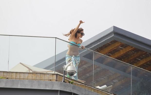 Lady Gaga na piscina (Foto: Delson Silva/ Ag. News)