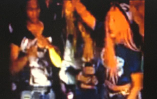 Carlos André (camisa preta) no palco com Lady Gaga (Foto: Reprodução/Youtube)