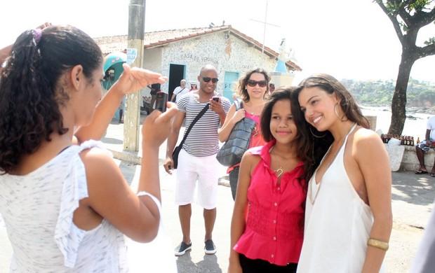 """Isis Valverde com fã nas gravações de """"Canto da Sereia"""" (Foto: Rodrigo dos Anjos / AgNews)"""