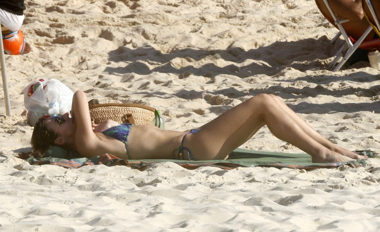 Glenda Kozlowsky na praia de Ipanema (Foto: Edson Teófilo/Photorionews)