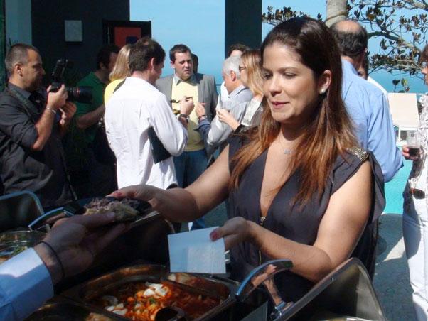 Samara Felippo prova a comida do camarote do Rock in Rio (Foto: Ag. Mural da Fama / Cleomir Tavares / Divulgação)