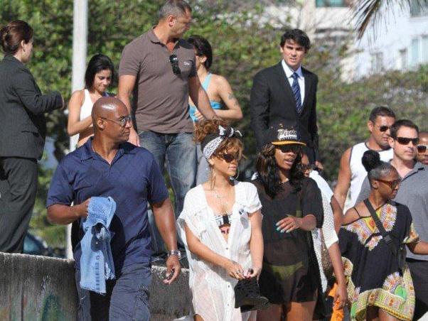Rihanna aproveitou a segunda-feira, 19, de folga para conhecer uma praia do Rio