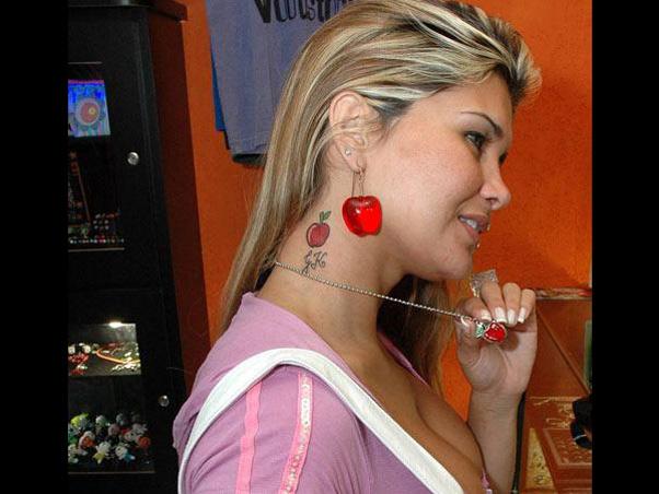 Mulher Maçã os acessórios de maçã e a tatuagem: dançarina pretende fazer outro desenho na pele em homenagem a 'Esteve Jobs' (Foto: Divulgação / Divulgação)