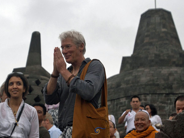 Richard Gere visita templos na Indonésia | Reuters / Agência | em 14/10/2011