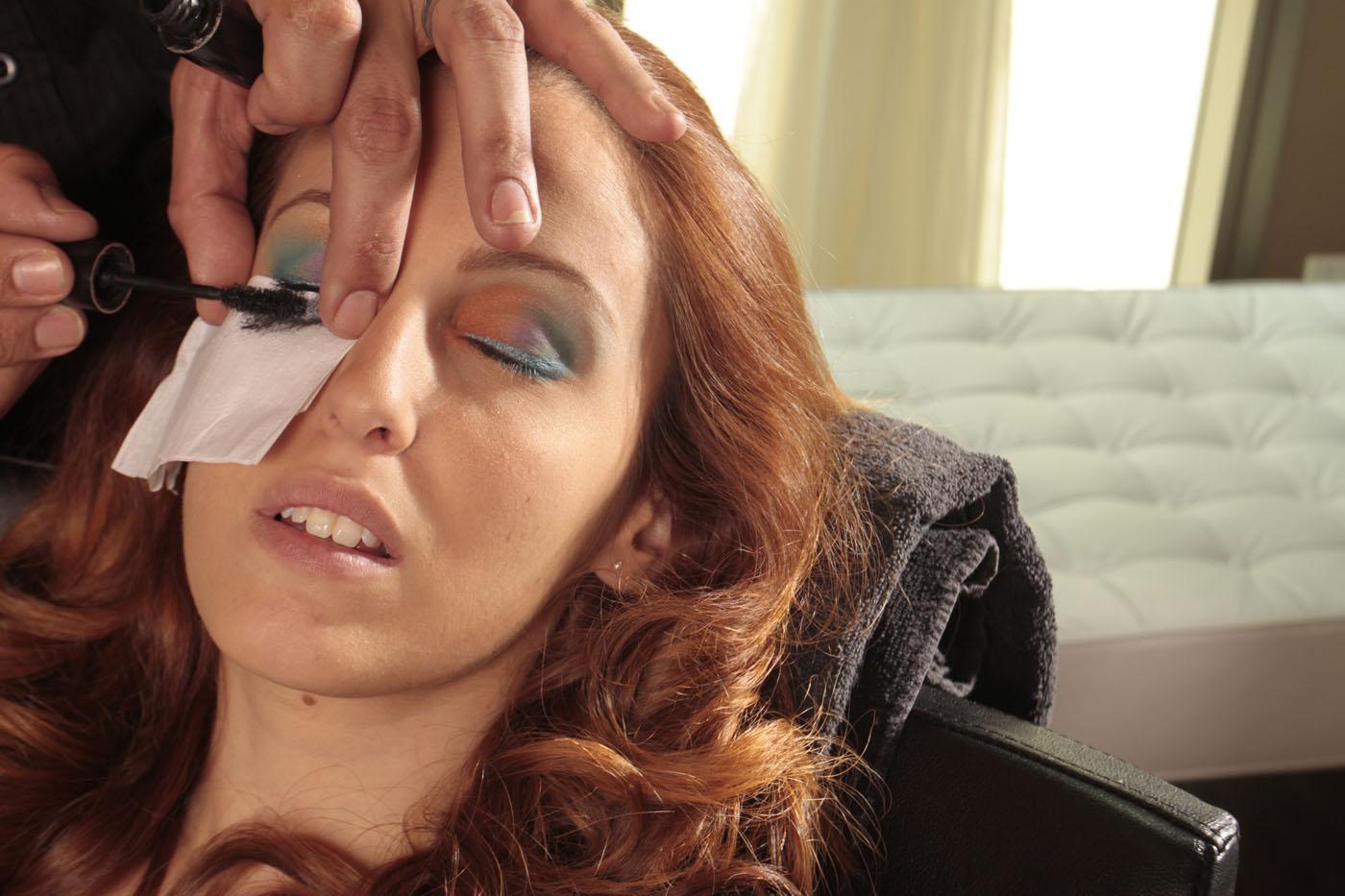 Dica: Use um papel para proteger a maquiagem na hora de passar o rímel