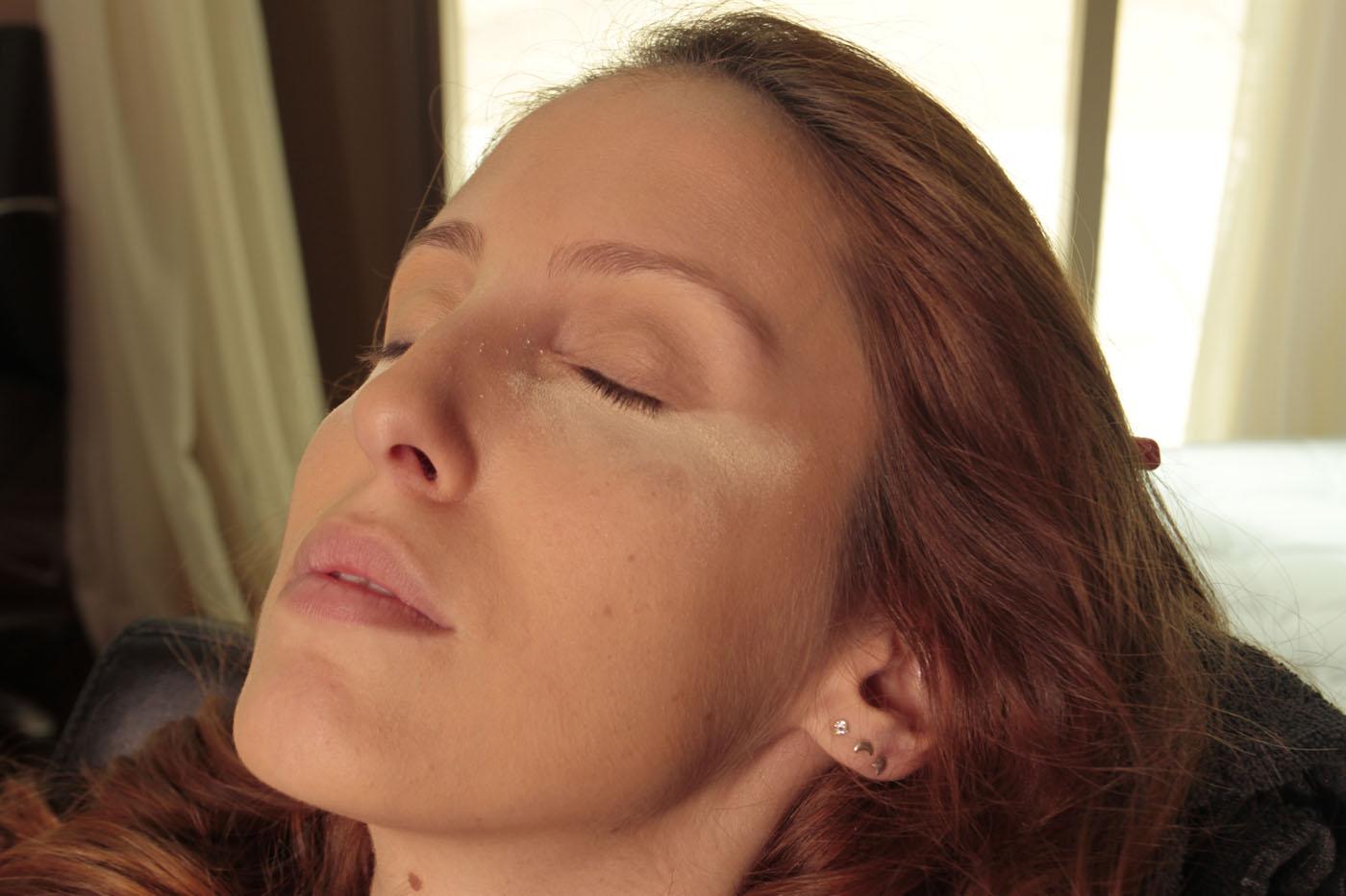 Depois coloque um iluminador abaixo dos olhos. Isso serve também para retirar o excesso da maquiagem após o término