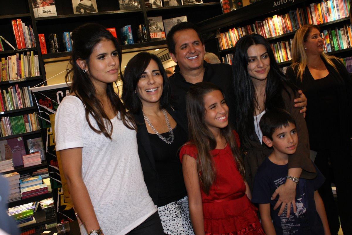 Nesta quarta-feira, 26, Orlando Morais lançou o DVD 'Sete vidas' com a presença de toda a família. Na foto, ele posa com a mulher, Glória Pires, a enteada, Cleo, e os filhos Antônia (de branco), Ana e Bento