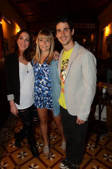 Júlia Faria; Vitória Frate e Pedro Neschling na exposição de fotos de Júlia Almeida, no Rio de Janeiro (Foto: Rufino Bandeira/Photo Rio News)