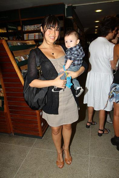 Daniele Suzuki na exposição de fotos de Júlia Almeida, no Rio de Janeiro (Foto: Rufino Bandeira/Photo Rio News)