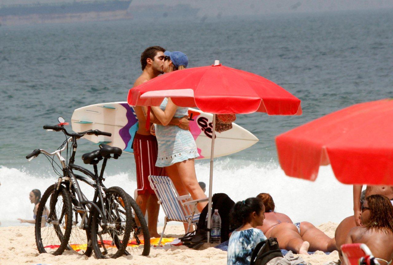 Luana Piovani e Pedro Scooby chegam à praia de Ipanema, na Zona Sul do Rio. Antes de seguir para o mar, o surfista beija a atriz
