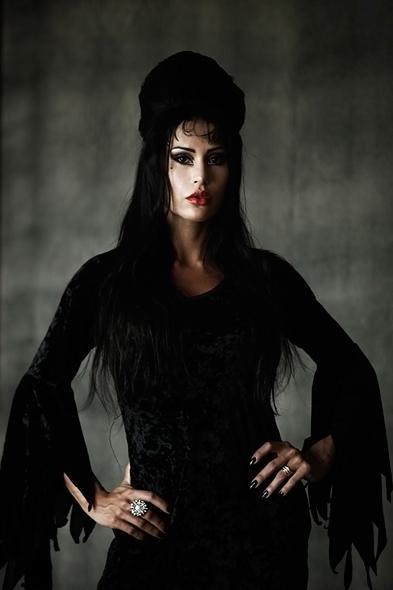 Gracyanne Barbosa posou para o especial de Halloween do EGO inspirada na personagem Elvira - a rainha das trevas