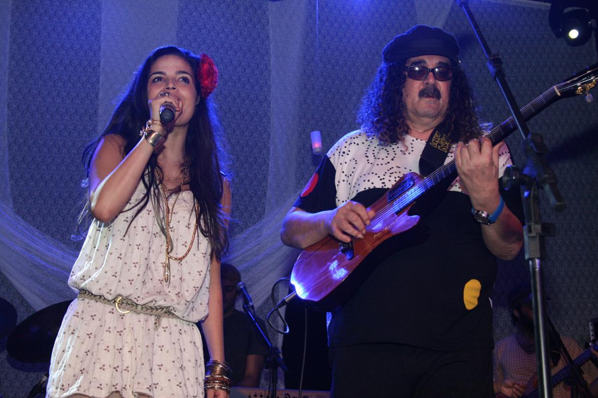 http://s.glbimg.com/jo/eg/f/original/2011/10/31/lapa_40o_-_emanuelle_araujo_canta_com_moares_moreira_credito_foto_-_brunno_dantas_3.jpg